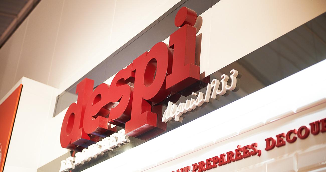 Mise en valeur d'une enseigne de magasin par rétro-éclairage et bandeaux LED